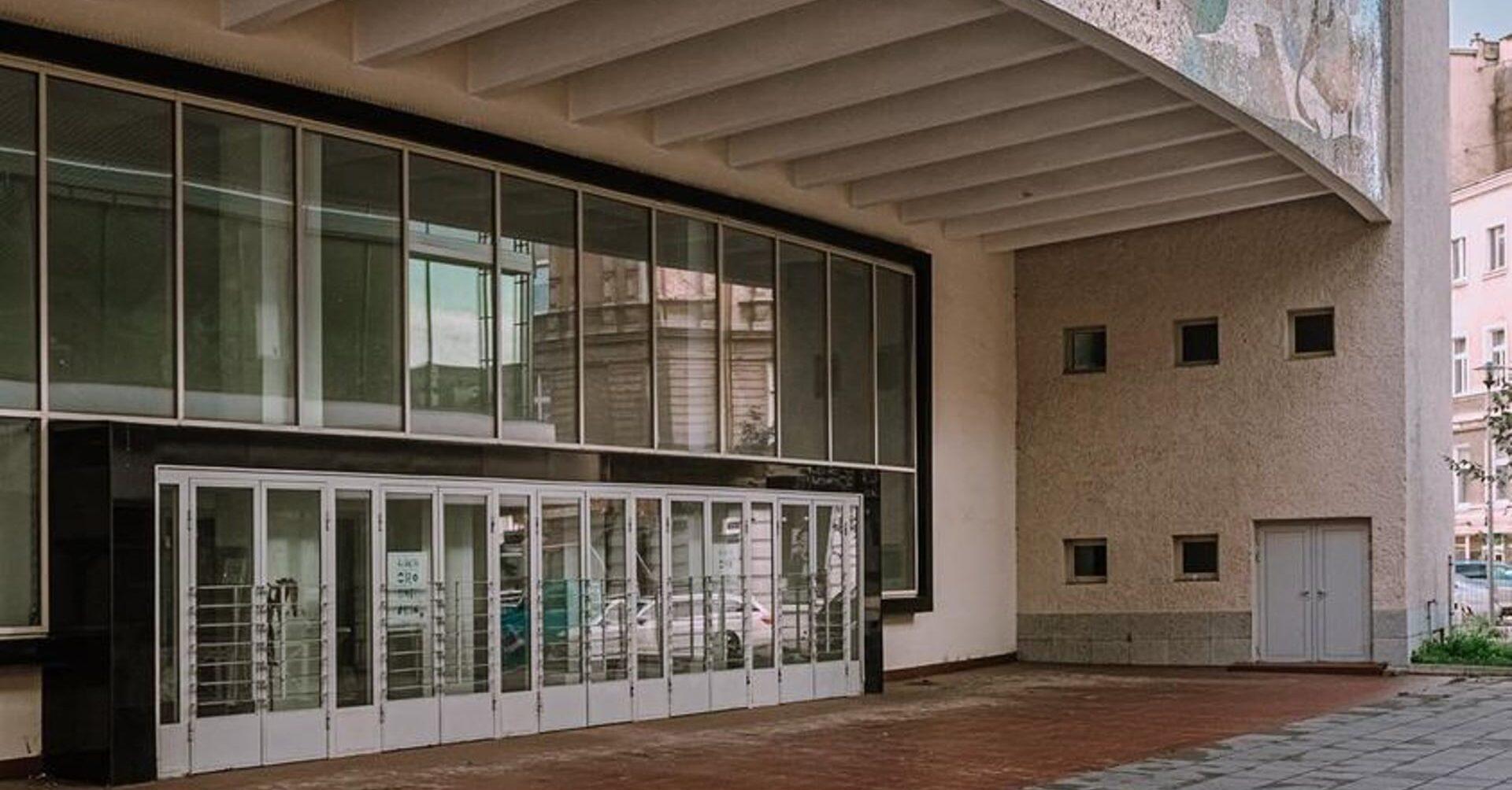 Kosmos, wejście dobudynku